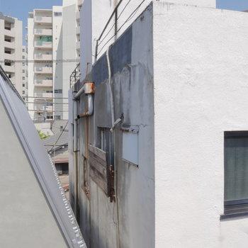 眺めはこちら。お隣ビルが近いですね。 ※クリーニング前のものです