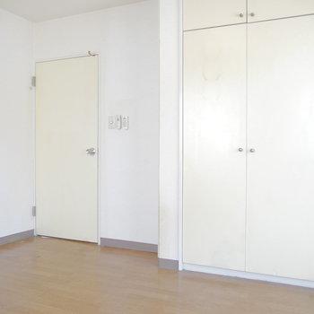 ここはリビング入った所の5.5帖お部屋。 ※クリーニング前のものです