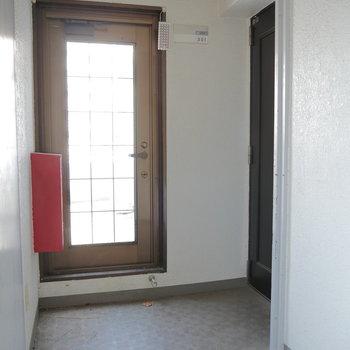 玄関前、ここからバルコニー繋がっています。