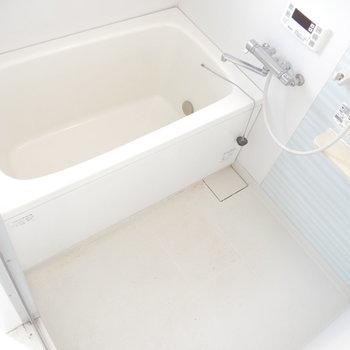 お風呂も気持ちよく◎ スカイブルーな壁が清々しい〜。 ※クリーニング前のものです
