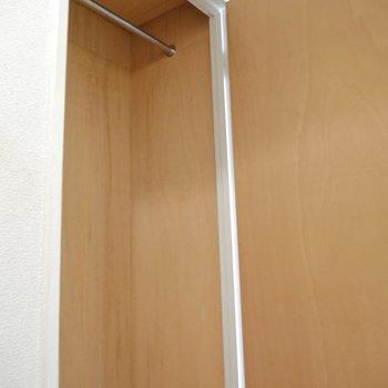 玄関廊下にも収納あり◎これが上部。 ※クリーニング前のものです