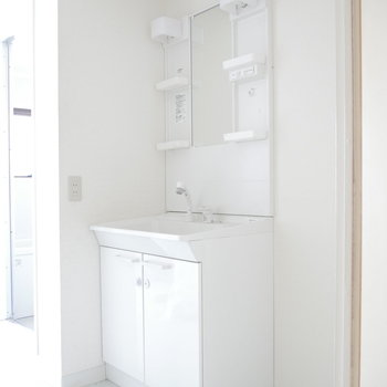 洗面台は独立してます!朝の支度も大丈夫! ※クリーニング前のものです