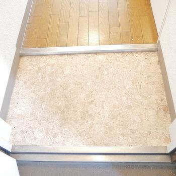玄関はこちら。お掃除しやすそう。 ※クリーニング前のものです