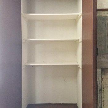 廊下にはこんな収納棚もありました!※クリーニング・電気が付く前の写真です
