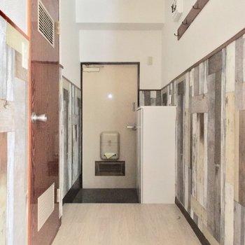 廊下から玄関方面へ※クリーニング・電気が付く前の写真です
