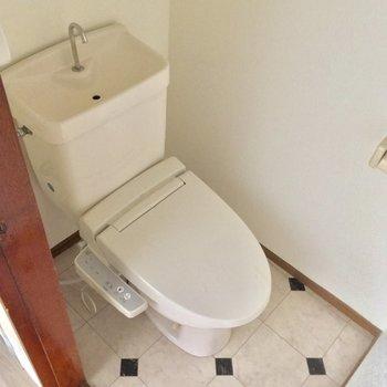 トイレはキチンと個室!床がポイント※クリーニング・電気が付く前の写真です