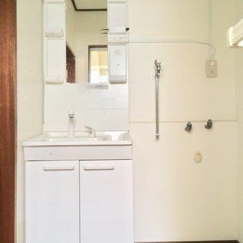 独立洗面台も立派ですな※クリーニング・電気が付く前の写真です