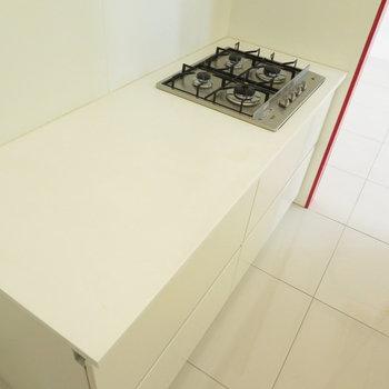 アイランドキッチンの中です。コンロととっても広い調理スペース