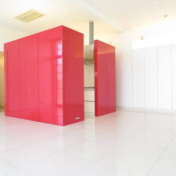 真っ赤なキッチンスペース映えます