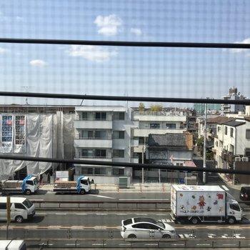 キッチン横の窓からです。※景色は3階別部屋からのもの。