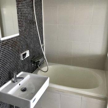 お風呂はカーテンで仕切れます。※写真は似た間取りのもの。