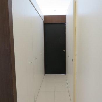 玄関からの景色です。あの奥が寝室部分、左がクローゼット右が水回りです