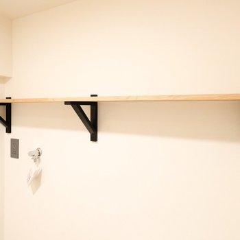 サニタリーに棚があるのは嬉しい!好きなものを飾っても良し、必需品を収納してもよし◎