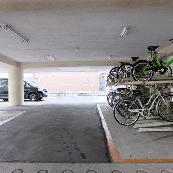 駐輪場には屋根が◎ 駐車場もあります!