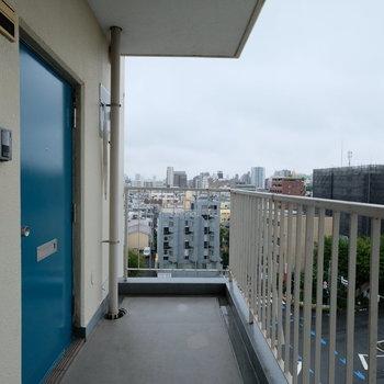 玄関前。扉の青が荒れた日には良さそう〜!