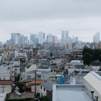 共用部の廊下から新宿のビル街が見える〜!