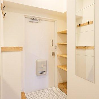 玄関には棚や鏡、コート掛けなど盛りだくさん◎