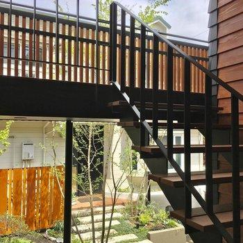 開放感あふれる階段を上って2階まで。