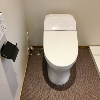 ピカピカのウォシュレットトイレ。黒のペーパーホルダーも洒落てる。