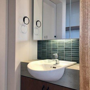 洗面台も素敵です。鏡は曇りどめつき。