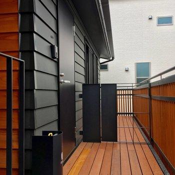 黒いスタイリッシュな玄関扉です。