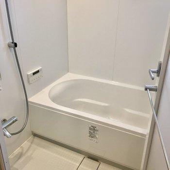 小窓もあって清々しい大きめのお風呂。追い炊きできます!