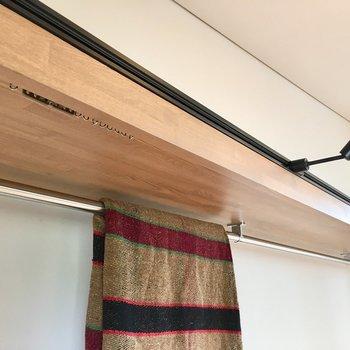 レールがついているので、お好みのカーテンで目隠しすることも。奥行きは55cmで普通のクローゼットほどあります。