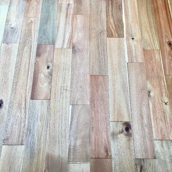 自然なムラのあるアカシアの無垢床が素晴らしい。