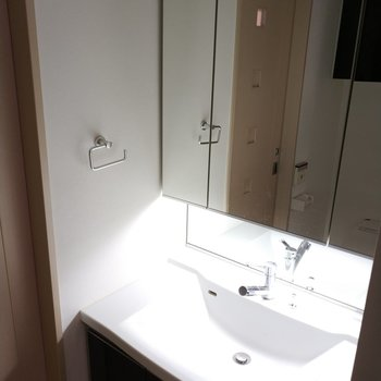 洗面台は一面が鏡になっています