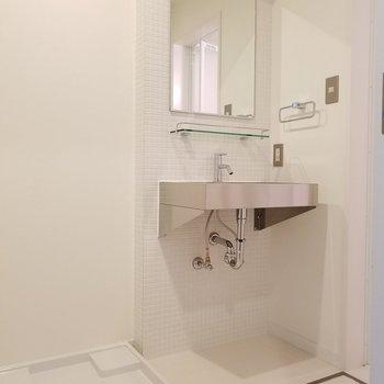 脱衣所の洗面台もキッチン同様ステンレス!※1階の同間取り別部屋の写真です