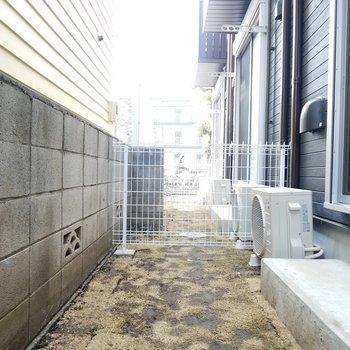 テラス。お隣さんとは柵で仕切られています。※1階の同間取り別部屋の写真です