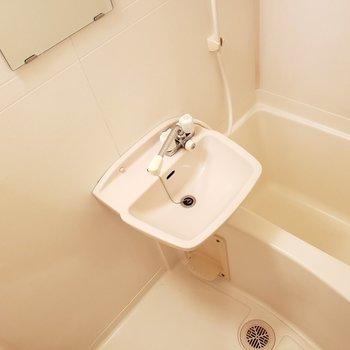 洗い場の形が使いやすそう!シャワーヘッドもコンパクトでした!
