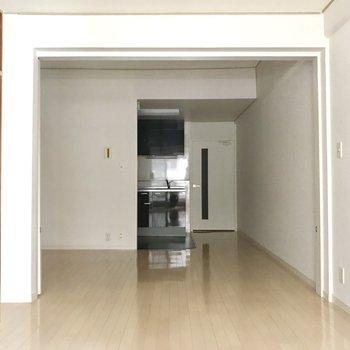 白いフローリングが素敵。どんな家具に合わせても相性良さそう◎