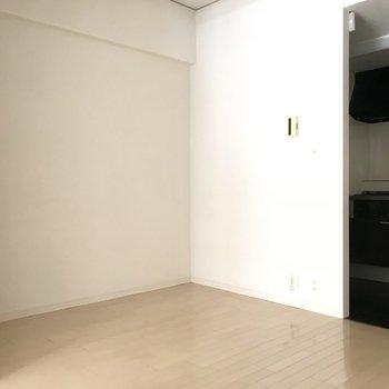 壁沿いにシェルフを置いてお洒落に飾りたいな◎