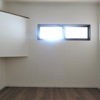 小さな小窓付き(残念ながら開閉はできません)