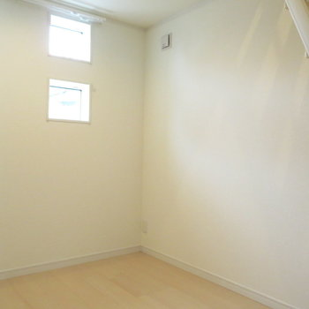 寝室部分にはロフトに上るハシゴが。上りましょう!