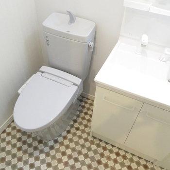 タイルが可愛いトイレと洗面台。