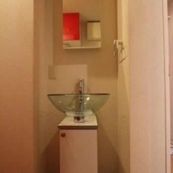 キッチン背面にある洗面台※写真は別部屋のものです。