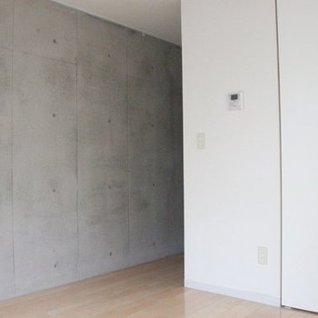 リビングの片面は、一面コンクリに※写真は別部屋のものです。