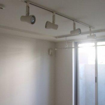 ライティングレールと室内物干しも完備※写真は別部屋のものです。