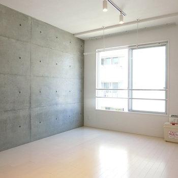 7.4帖の洋室。コンクリート壁!