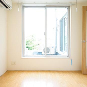 寝室も窓が◎明るいです!※4階の同間取り別部屋の写真です