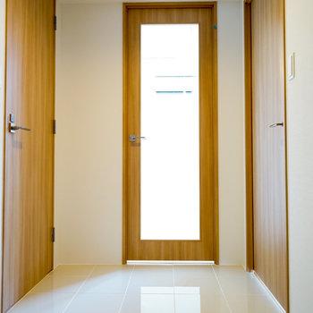 玄関のタイルが高級感♪※4階の同間取り別部屋の写真です