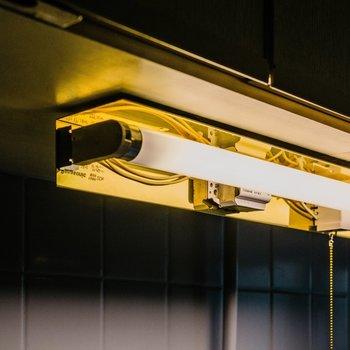 キッチン上も特注の照明