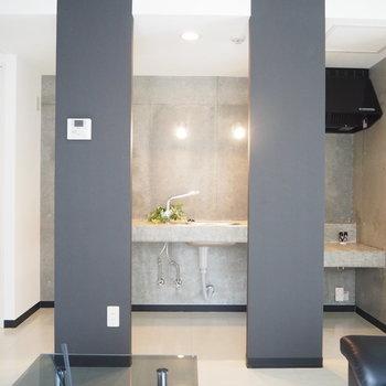 2つの柱からチラ見えのコンクリートキッチン※写真は前回募集時の写真 家具は付いてません。