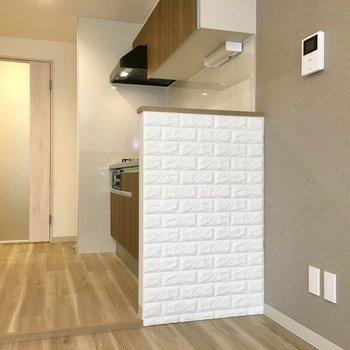 キッチンとはゆるやかに仕切られています。フワフワ食感のレンガ風。※写真は同じ間取りの1階の別部屋になります。