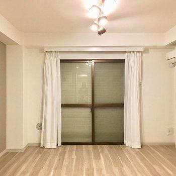 雨戸を締め切ると真っ暗になってぐっすり眠れます。※写真は同じ間取りの1階の別部屋になります。