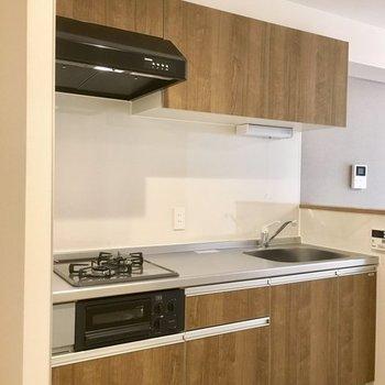 キッチンも、茶色の色合いが素敵。※写真は同じ間取りの1階の別部屋になります。