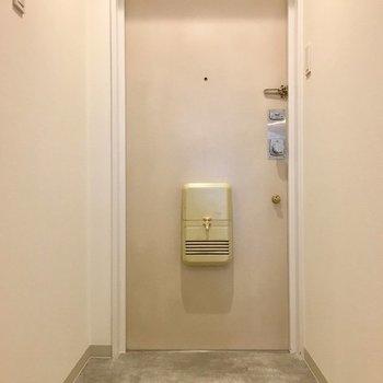 柔らかでシンプルな玄関。※写真は同じ間取りの1階の別部屋になります。
