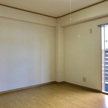 【6帖洋室】ここではテレビを置いて、くつろぎスペースに。※写真は3階の反転似た間取り別部屋のものです